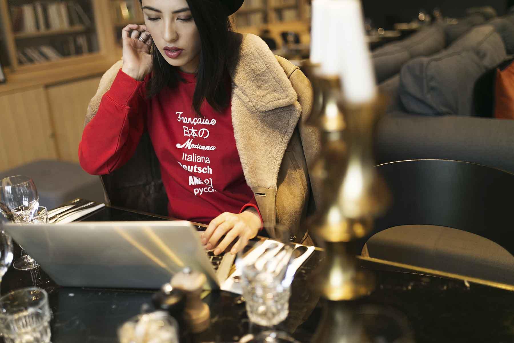 mob-hotel-worldwide-sweat-shirt-rouge