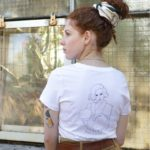 femme de dos portant un t-shirt classique blanc freyja