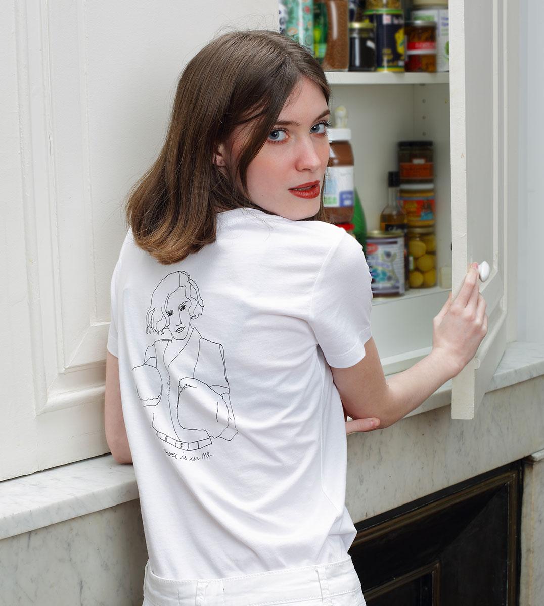 femme ouvrant un placard, elle porte un tshirt blanc en coton bio de la marque leonor roversi