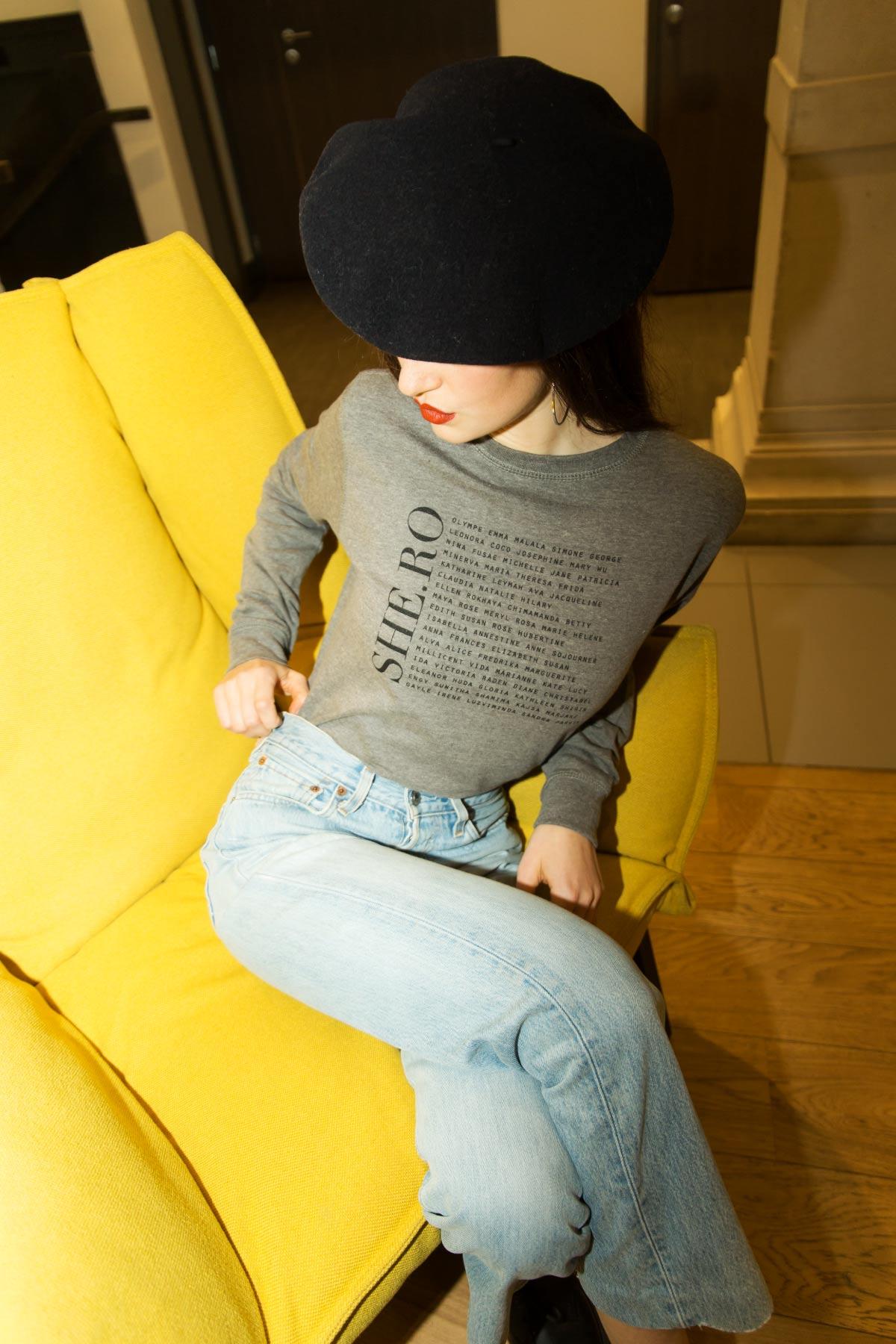Photo femme, porte un sweatshirt gris heroines