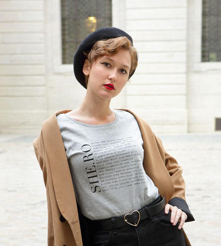 t-shirt gris héroïnes, mannequin qui porte ce t-shirt