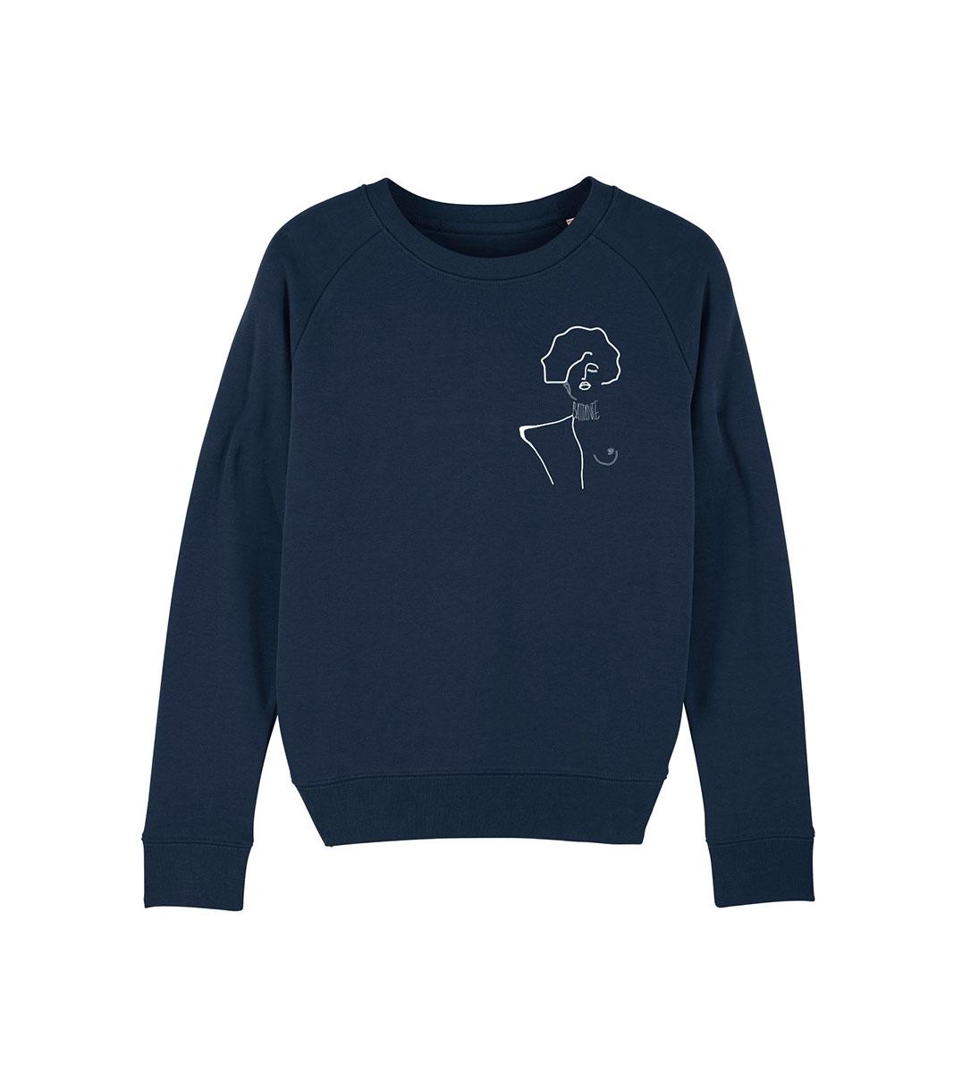 mockup sweatshirt bleu de la marque leonor roversi, le visuel représente un tableau de gustav Klimt