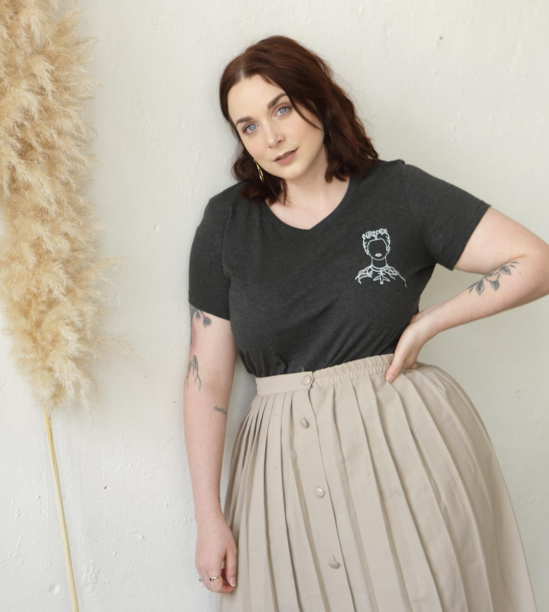femme portant le t-shirt Frida gris Leonor Roversi