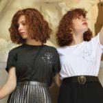 deux mannequins portant le t-shirt Klimt gris et blanc Leonor Roversi