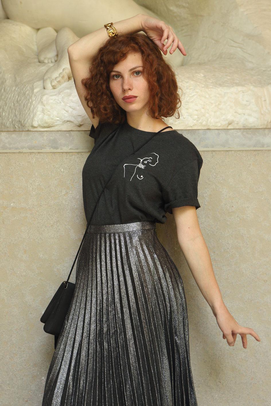 mannequin portant un tshirt gris représentant une oeuvre de gustav klimt, ce tshirt est en coton bio