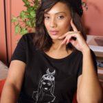 femme brune portant le t-shirt coyoqui noir coupe loose leonor roversi