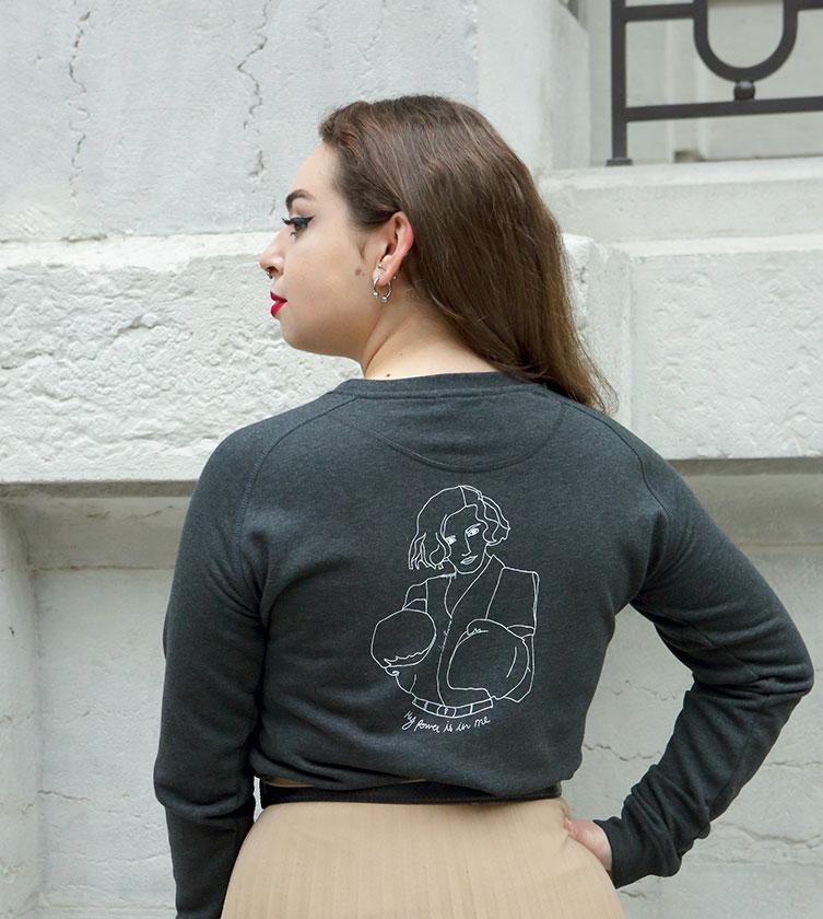 Mannequin de dos portant un sweatshirt gris, avec dessin artistique représentant freyja déesse de la mythologie nordique