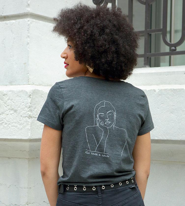 mannequin de dos qui porte un tshirt gris en coton bio, sur le tshirt un dessin artistique qui représente la déesse Themis