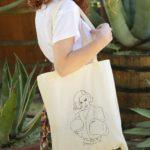 Femme portant un tote bag Freyja