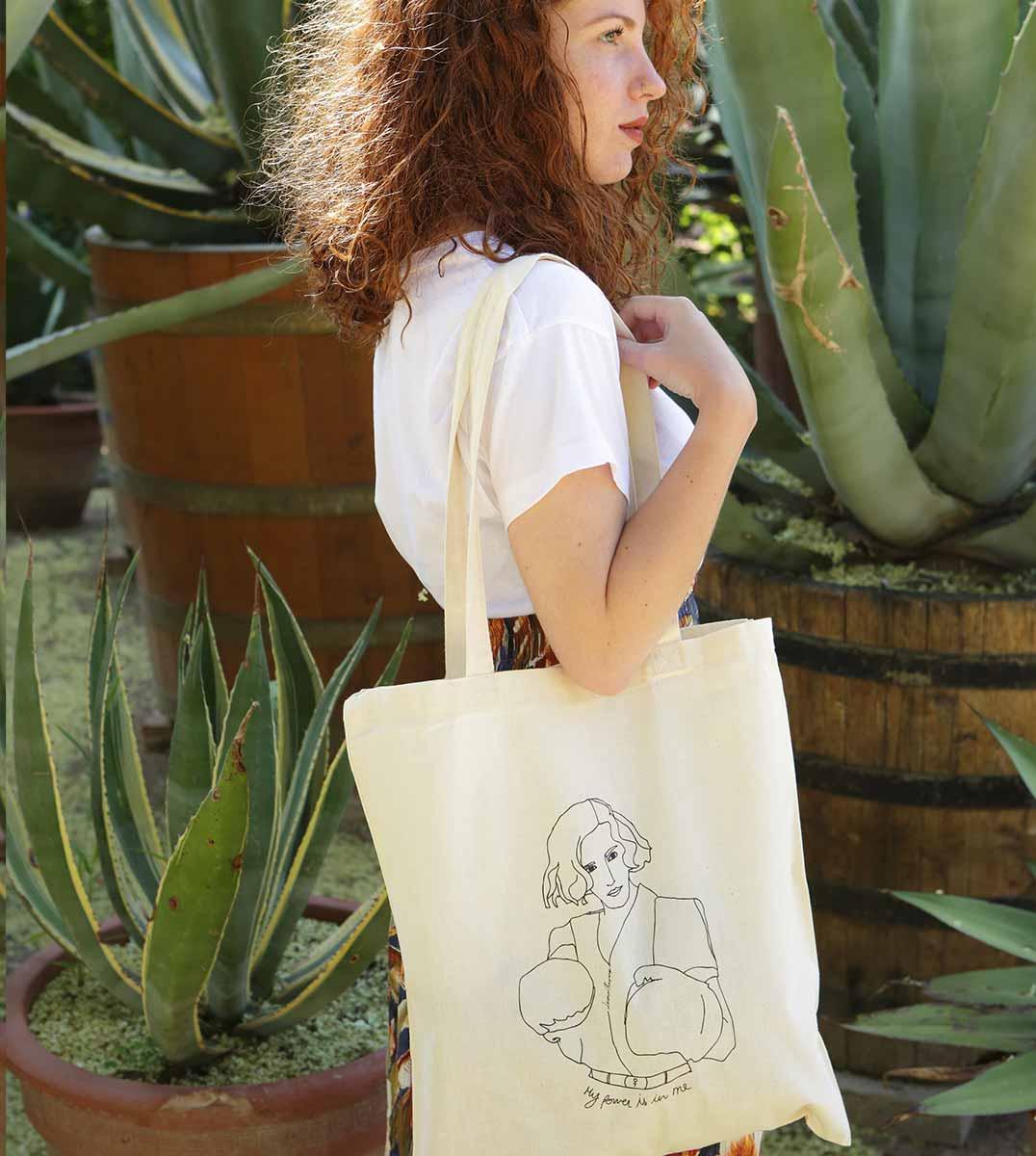 femme de profil portant un tote bag Freyja