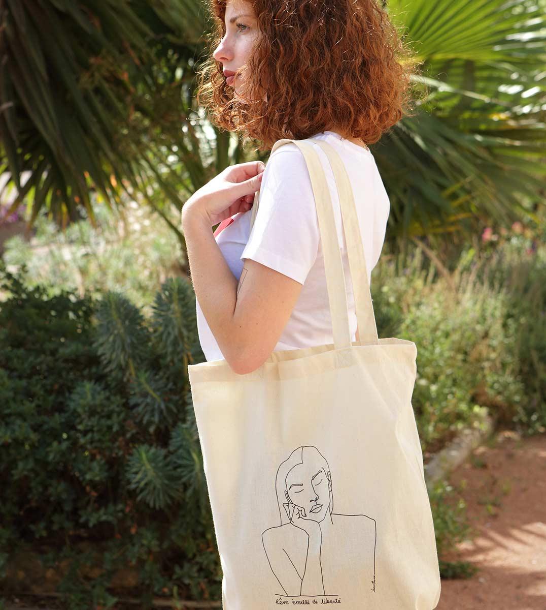 femme de profil portant le Tote Bag THÉMIS