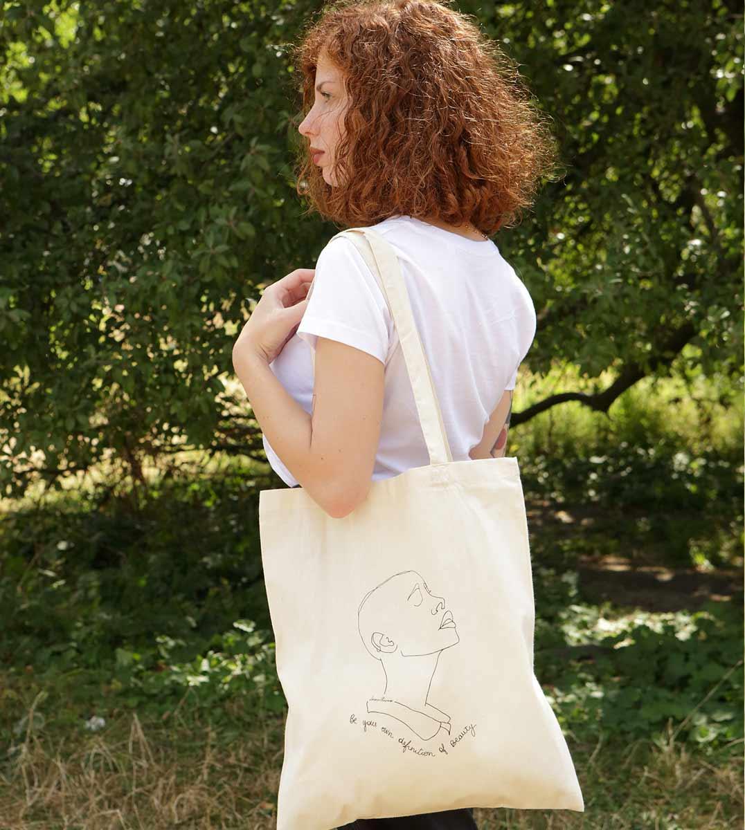 femme portant un tote bag sekhmet