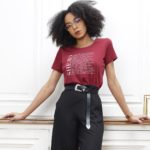 T-shirt bordeaux héroïnes, mannequin qui pose