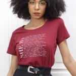 femme portant le t-shirt Héroïnes bordeaux Leonor Roversi