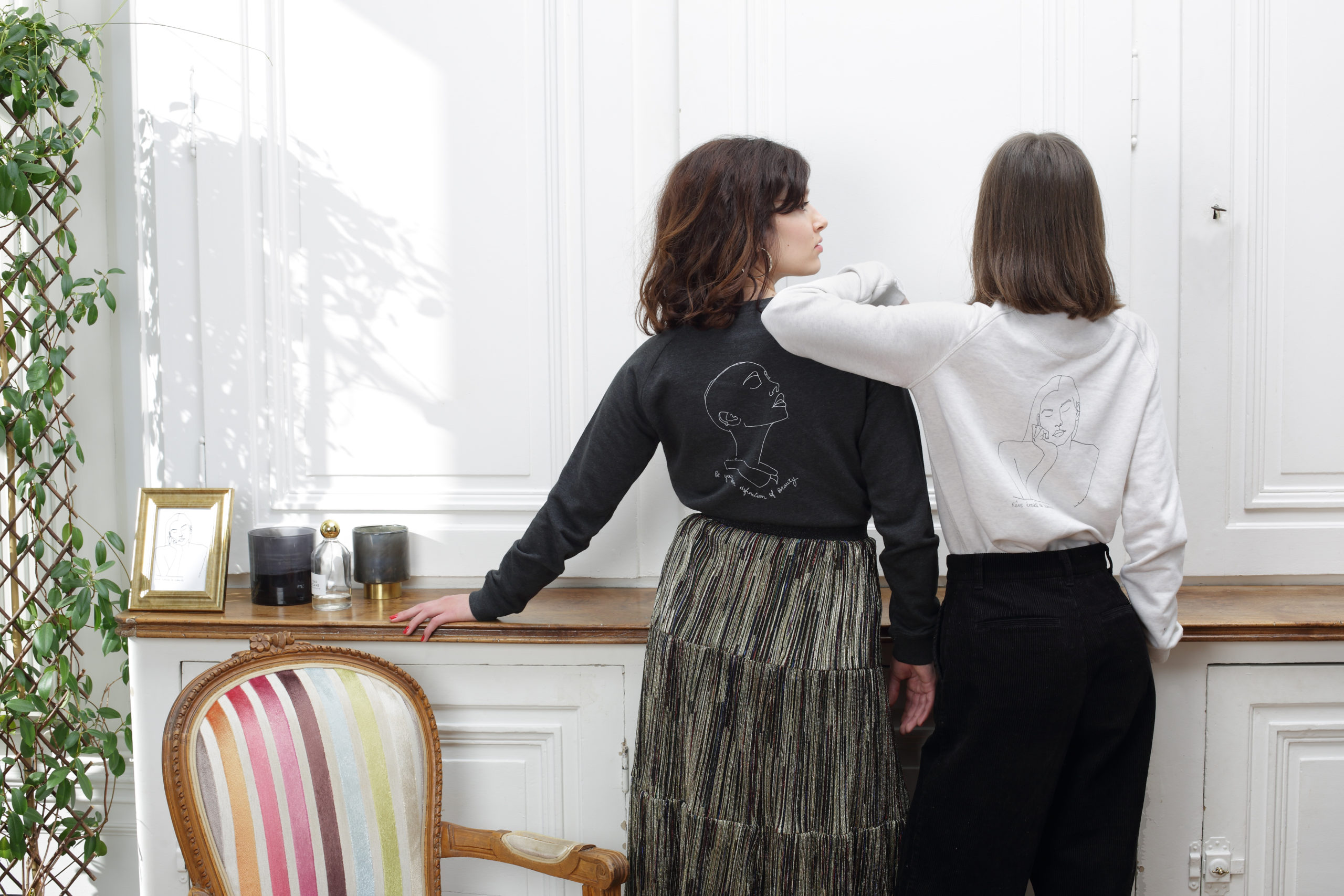 mannequins de dos portant sweatshirts en coton bio avec visuel