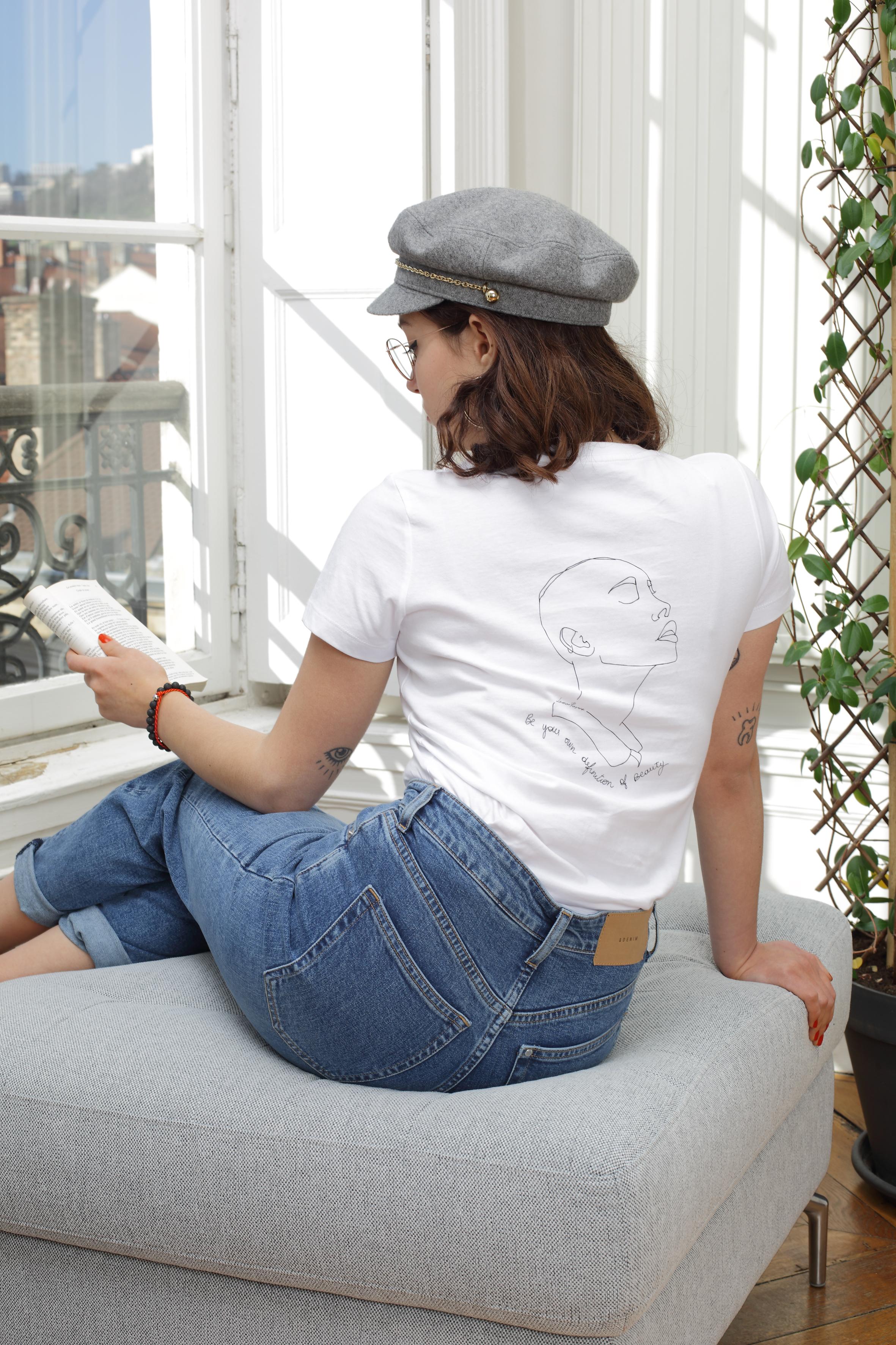 femme qui lit un livre, elle porte un tshirt blanc, le visuel est sekhemt