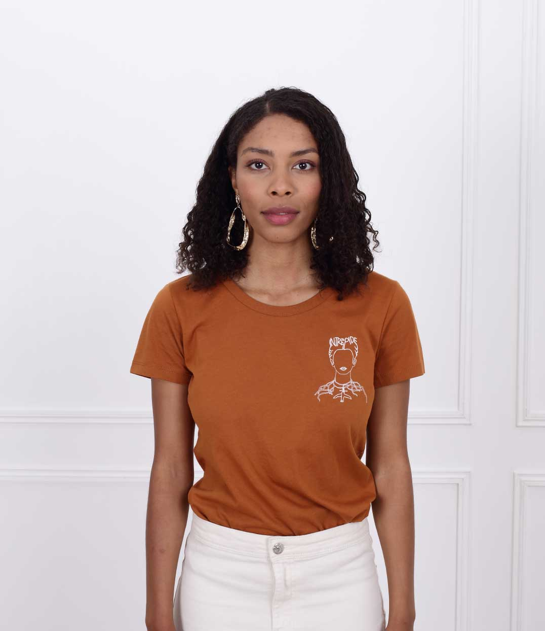 femme debout portant le tshirt frida de Leonor Roversi