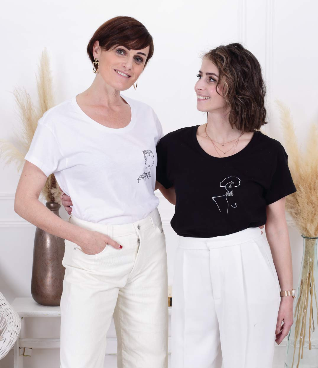 deux femmes portant chacune le tshirt klimt blanc et noir leonor roversi