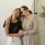 une femme rousse porte sweatshirt beige frida et une femme brune porte t-shirt noir losse klimt de la collection reflet de l'âme de Leonor Roversi