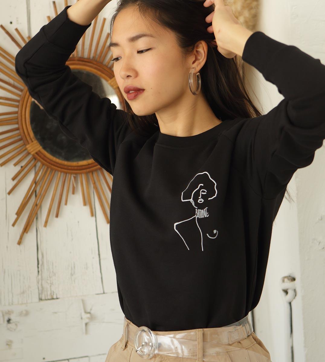 mannequin portant le sweat Klimt noir Leonor Roversi