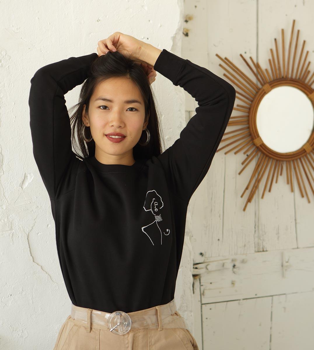 femme portant le sweat noir Klimt Leonor Roversi