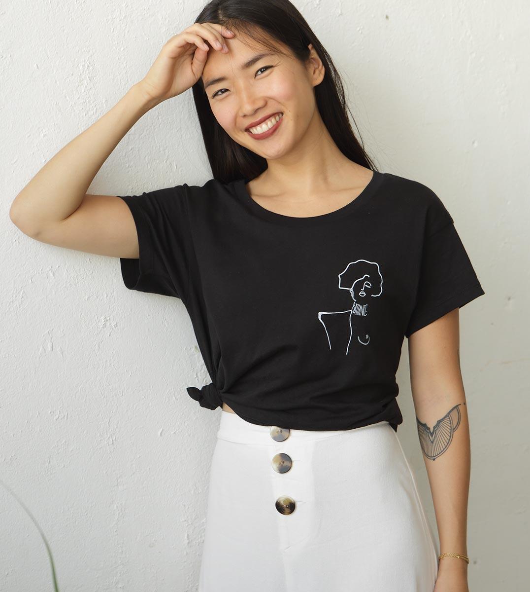 femme portant le t-shirt noir Klimt Leonor Roversi