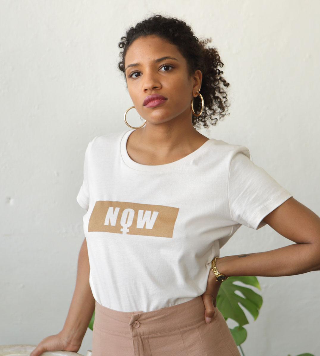 femme portant le t-shirt leonor roversi NOW blanc cassé en coton bio