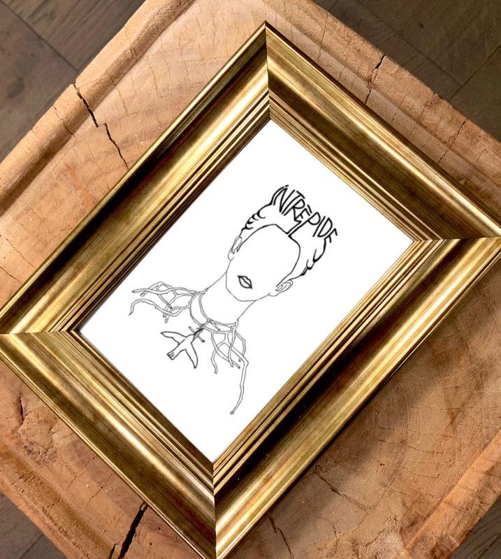Image d'un cadre doré avec une carte postale d'un visuel inspiré d'un tableau de Frida Kahlo