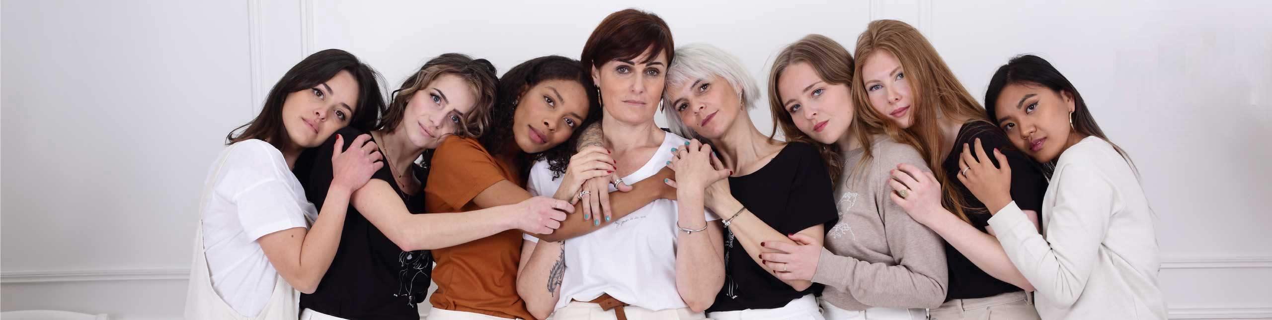 groupe de femmes debout portant des tee-shirt Leonor Roversi