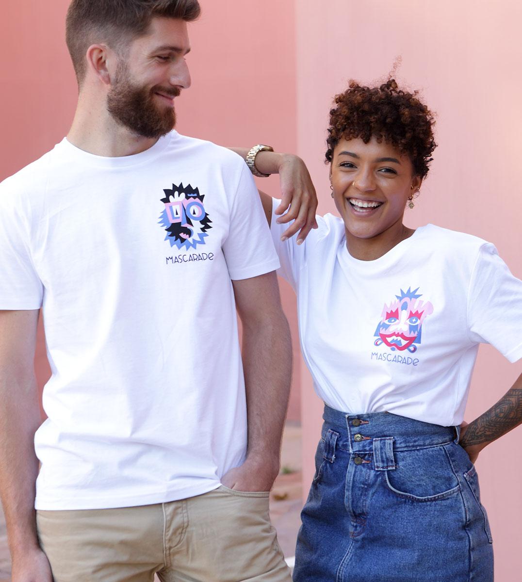 homme et femme portant les nouveaux t-shirts Leonor Roversi