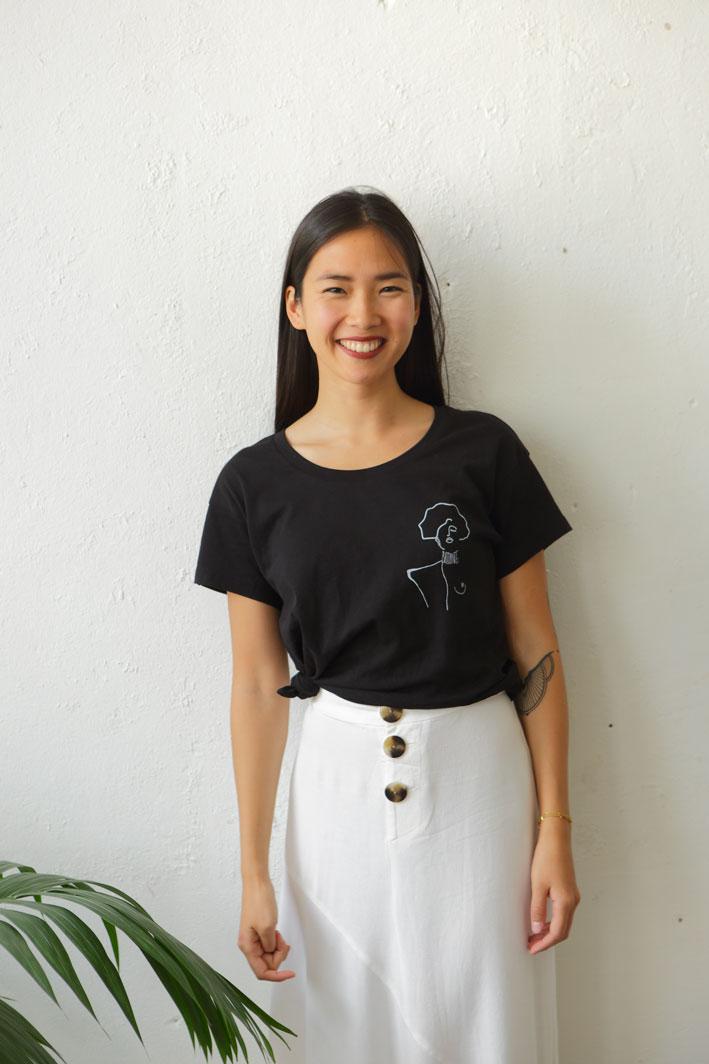 femme porte un t-shirt noir klimt en Coton Bio