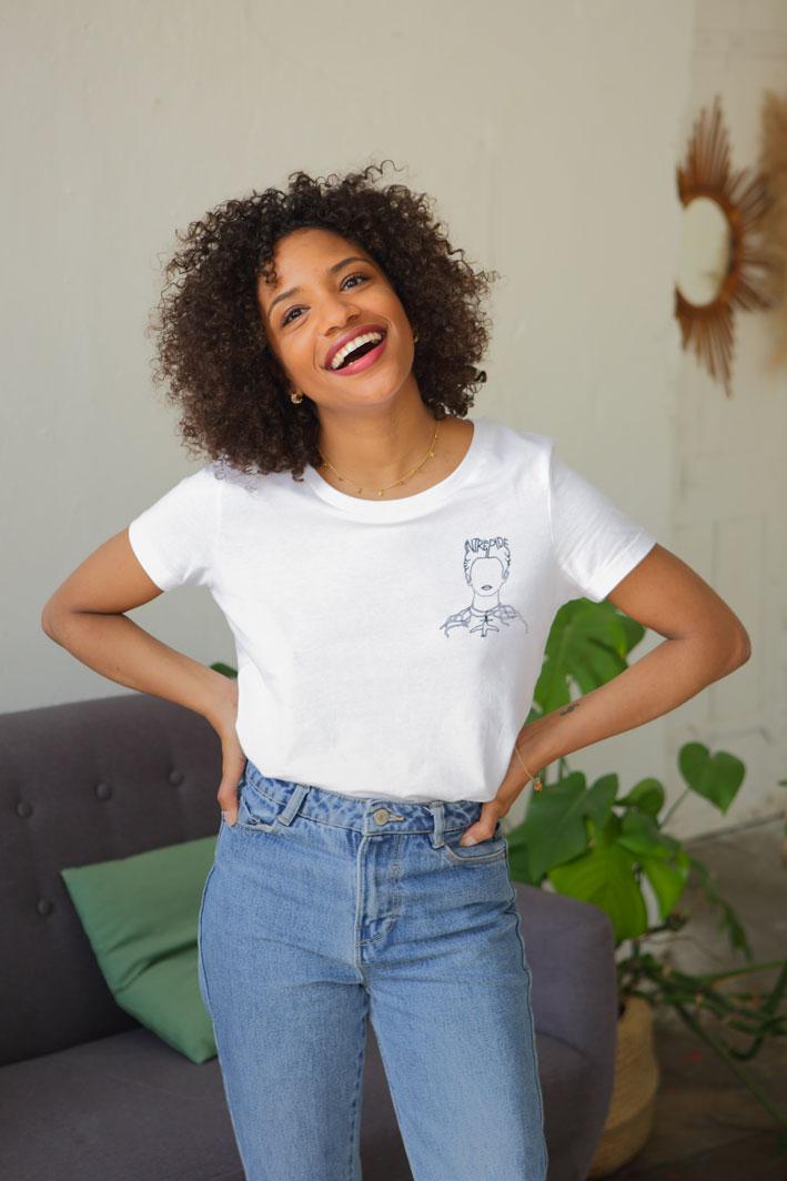 femme pose, elle poste un tshirt blanc représentant Frida Kahlo