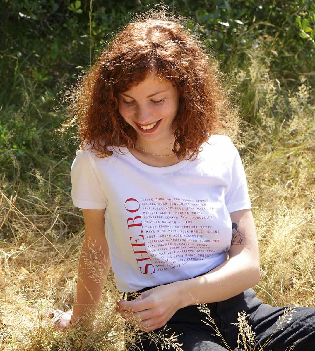 femme assise portant le t-shirt shero blanc Leonor Roversi