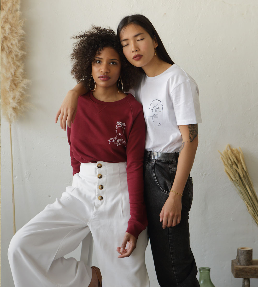 Deux mannequins portant un sweatshirt Frida et un t-shirt Klimt Leonor Roversi