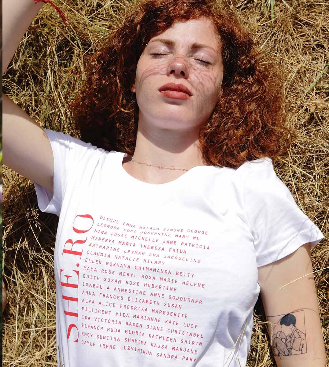 femme allongée dans l'herbe portant le t-shirt shero blanc