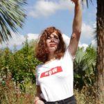 femme le bras levé portant le t-shirt NOW blanc Leonor Roversi