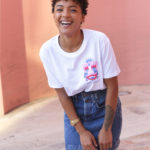 Femme portant le t-shirt Mascarade Coton Bio Leonor Roversi