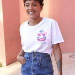 femme portant le t-shirt unisexe en Coton Bio Leonor Roversi