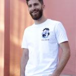 homme portant un t-shirt avec le dessin de la nouvelle collaboration Leonor Roversi