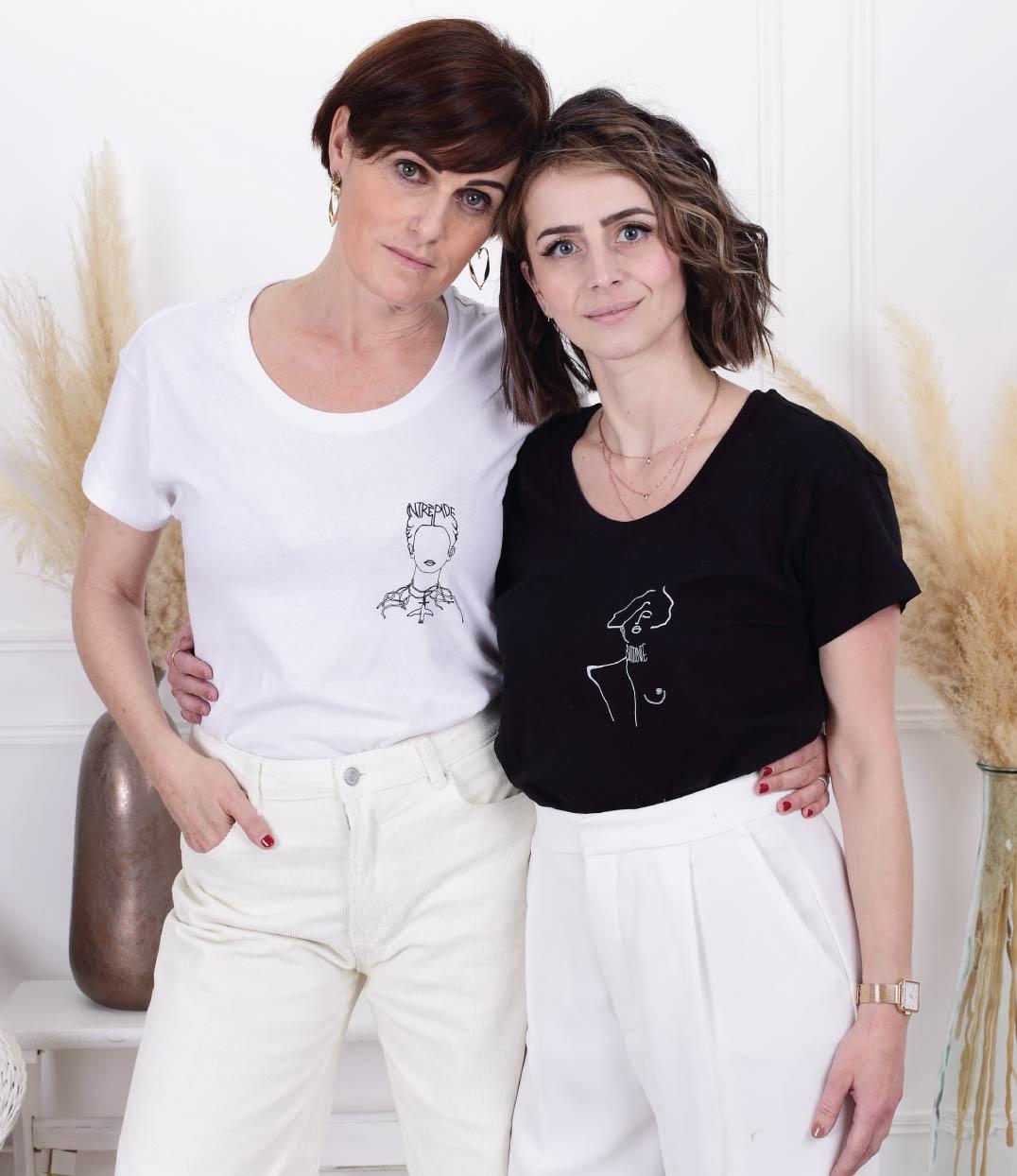 deux femmes portant chacune le tshirt frida blanc et noir leonor roversi