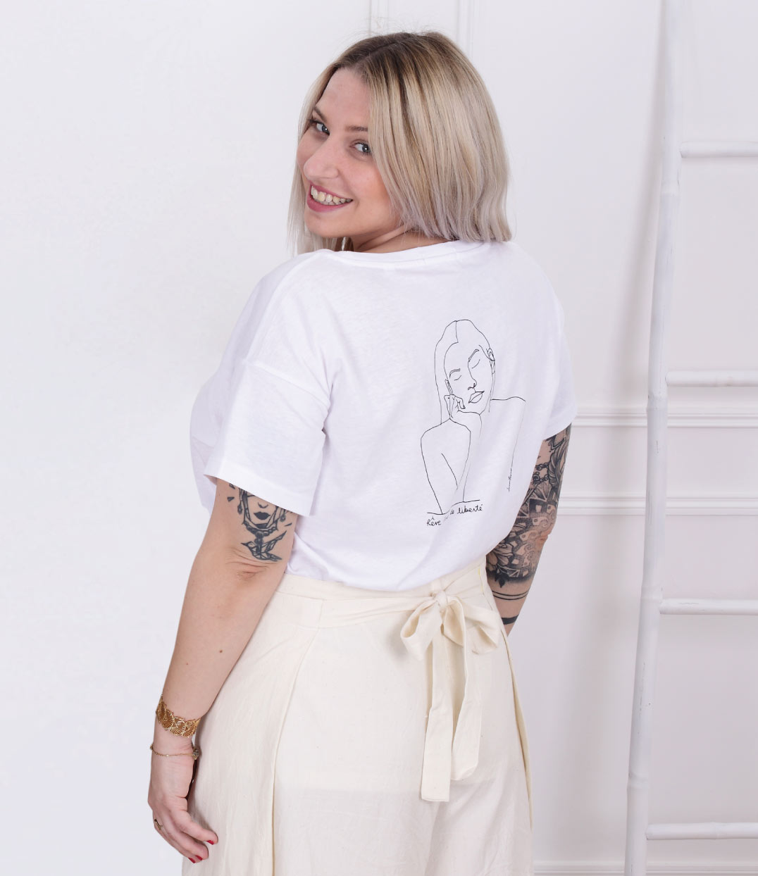 femme de dos portant le tshirt blanc loose themis Leonor Roversi