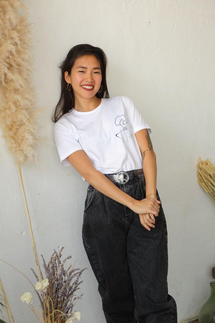 Labels Textiles Gots, femme portant un t-shirt klimt en Coton Bio