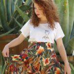 femme portant le t-shirt Frida loose coton bio Leonor Roversi