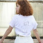 femme de dos avec le t-shirt thémis loose