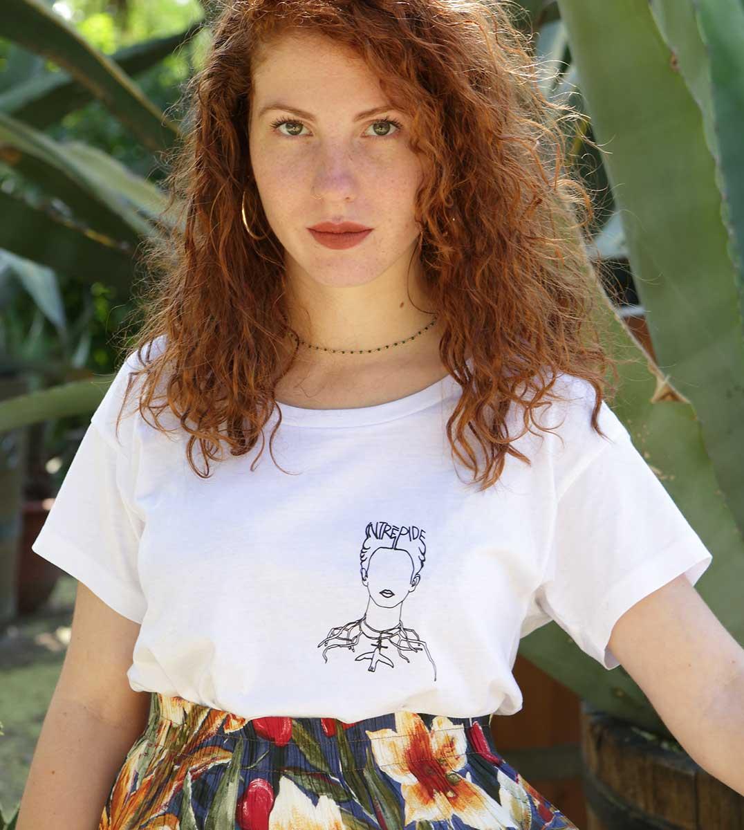 portrait d'une femme portant le t-shirt Frida blanc loose Leonor Roversi