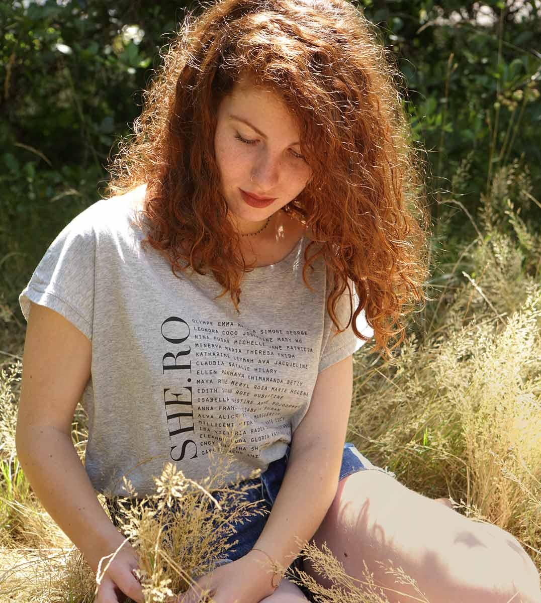 femme assise avec le t-shirt shero gris loose
