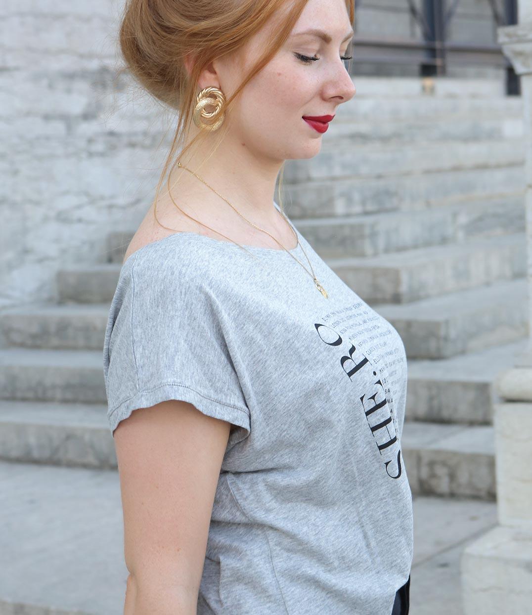 femme rousse de profil portant un tshirt gris loose feministe leonor roversi