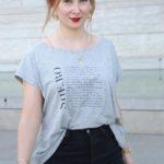 femme portant tshirt gris loose heroines avec ecritures feministe leonor roversi