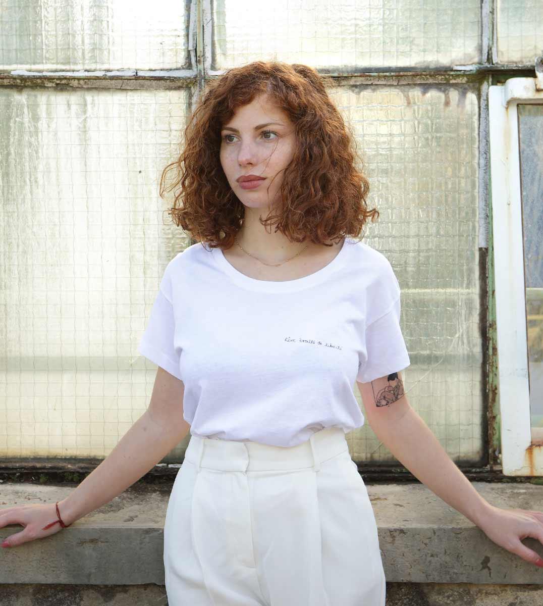 femme de face portant le t-shirt thémis loose Leonor Roversi