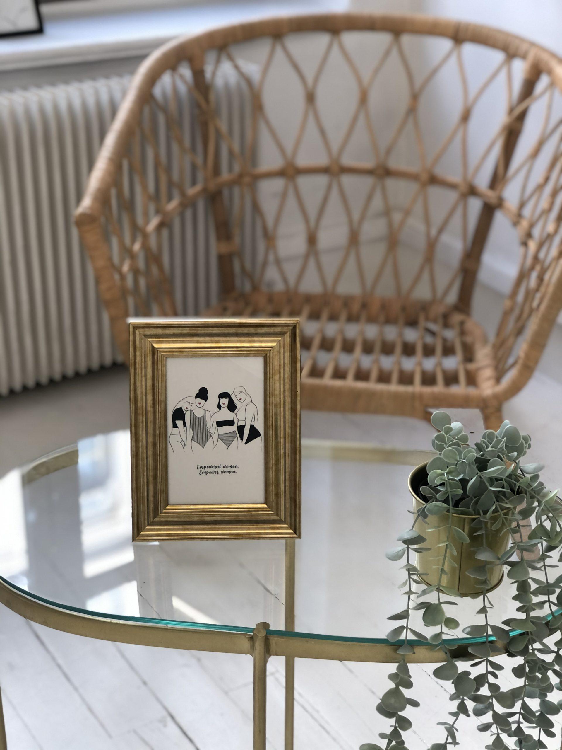 cadre dore avec la carte sororité leonor roversi sur une table en verre